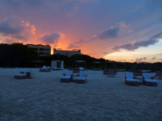 E o pôr do sol maravilhoso na praia